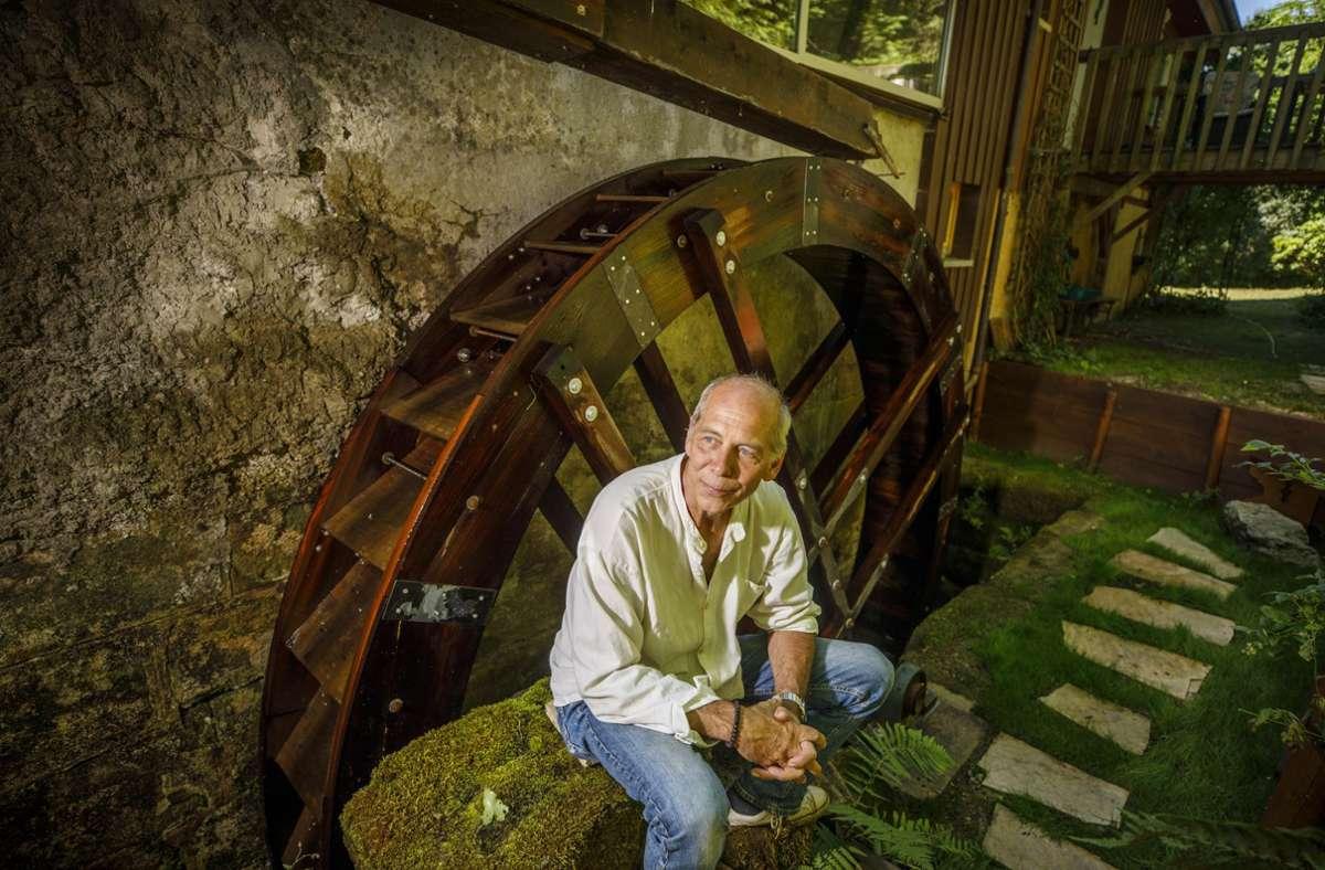 Tilman Chiari mit seinem gut vier Meter großen Mühlrad Marke Eigenbau Foto: Gottfried Stoppel