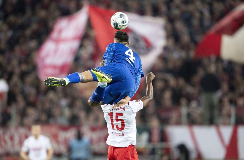 Der Höhenflug des FC Schalke 04 (hier Ozan Kabak gegen den 1. FC Köln) ist beendet – und jetzt kommt im DFB-Pokal auch noch der FC Bayern.Foto: imago/Sven Simon Foto: