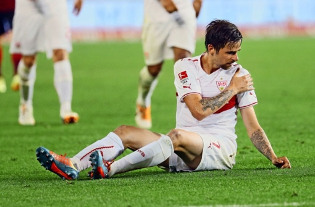 Die Leiden des Martin H. –  oder wie der an der Schulter verletzte Harnik versucht, gegen Wolfsburg wieder einzugreifen. Foto: Baumann