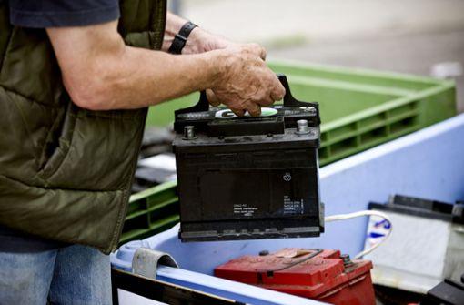 In diesem Artikel zeigen wir Ihnen, welche Möglichkeiten es gibt, Ihre Autobatterie zu entsorgen.