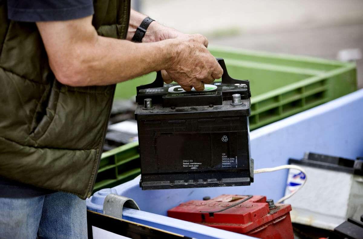 In diesem Artikel zeigen wir Ihnen, welche Möglichkeiten es gibt, Ihre Autobatterie zu entsorgen. Foto: Air Images / Shutterstock.com