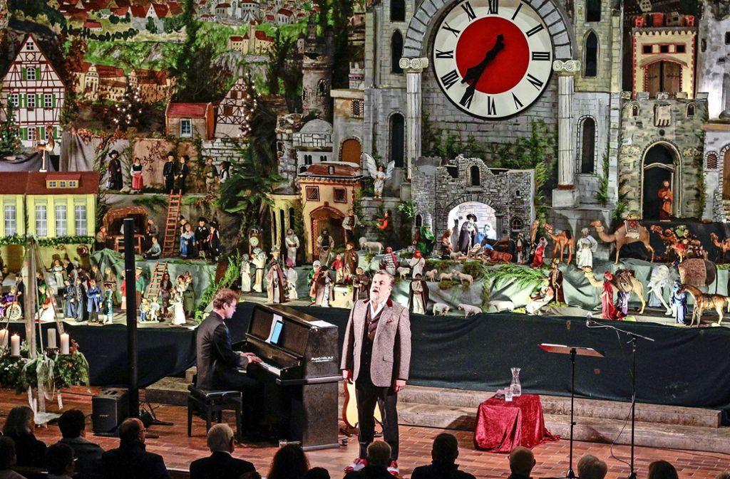 Marc Marshall überzeugt vor der beeindruckenden Kulisse der Renninger Krippe mit gefühlvollen Liedern. Foto: factum/Bach