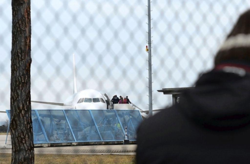 Abgeschobene Flüchtlinge am Baden-Airport. Foto: dpa