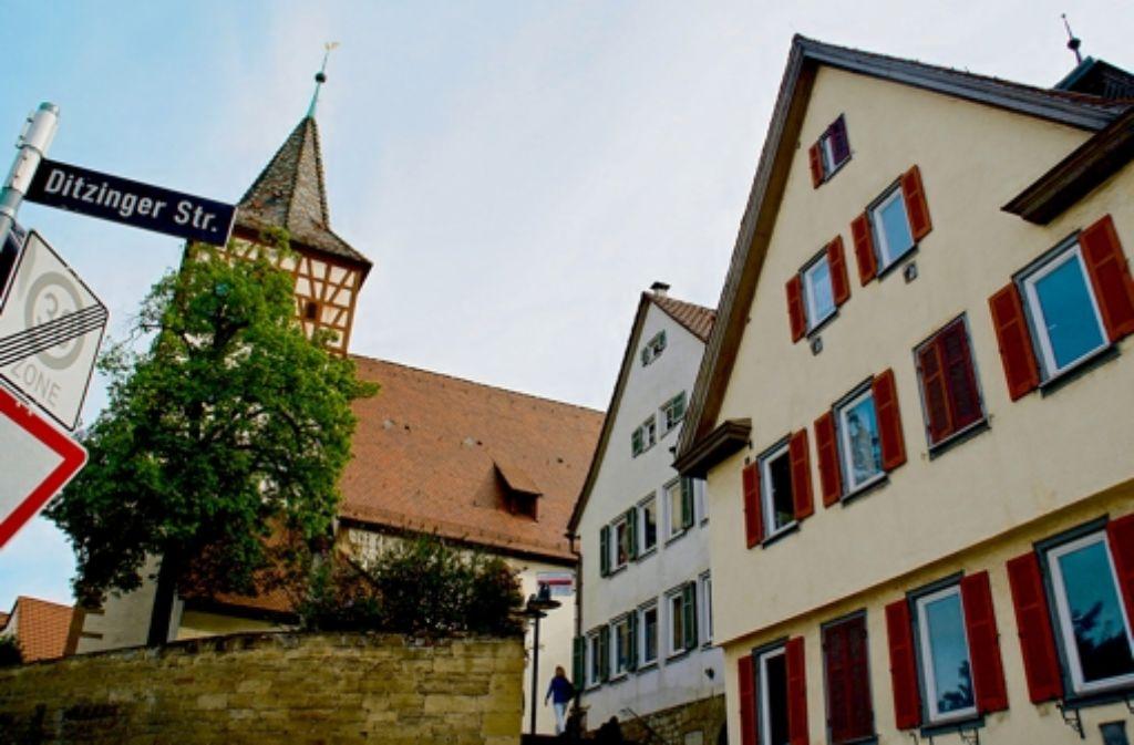 Der alte Ortskern von Weilimdorf: die Oswaldkirche, das alte Schulhaus und das alte Rathaus (v.l.). Foto: Leonie Hemminger