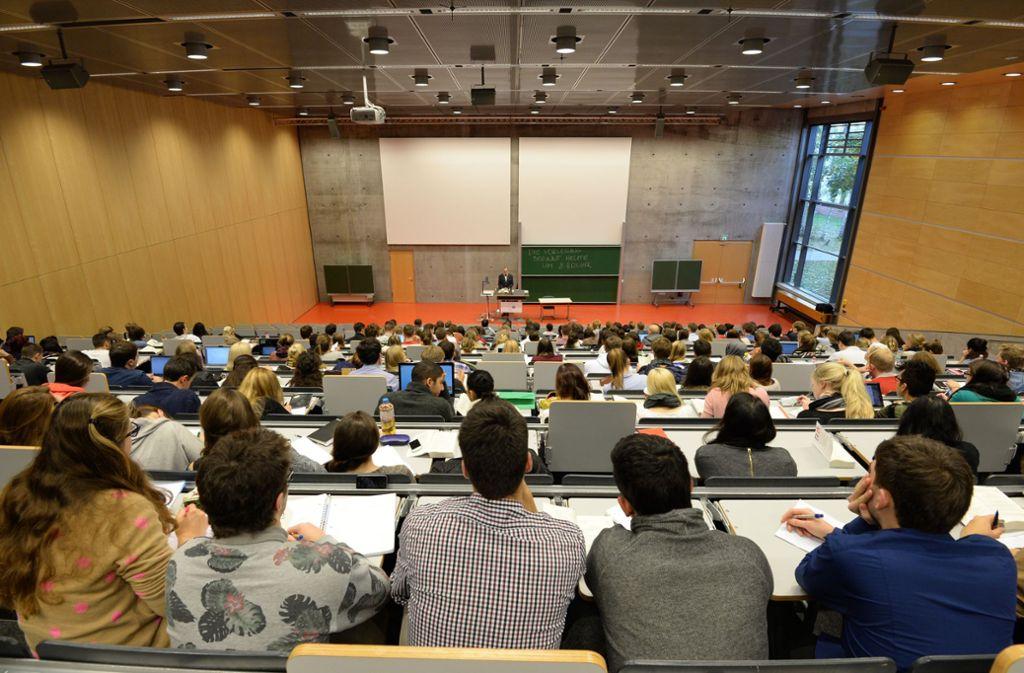 Die Hörsäle sind voll, doch die Mitarbeiter an den Hochschulen sind knapp. Foto: dpa
