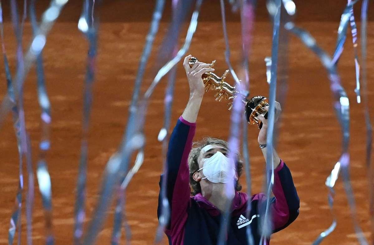 Alexander Zverev  feiert den Turniersieg. Foto: AFP/GABRIEL BOUYS