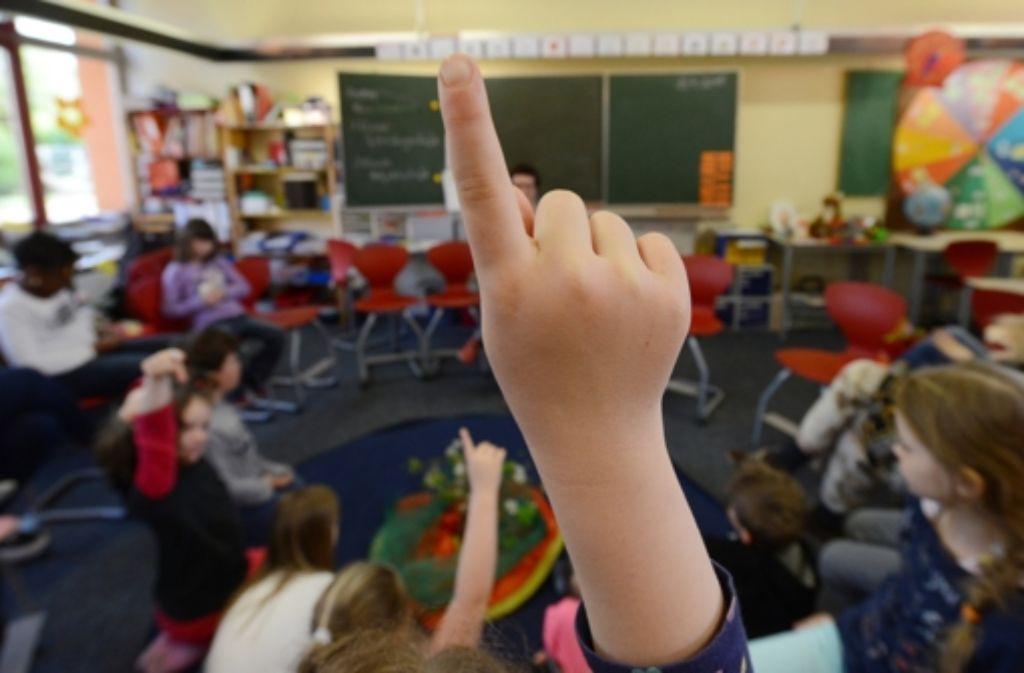 Im Unterricht strecken und mitmachen, das wollen die meisten Kinder. Aber das funktioniert nur dann, wenn Tempo und Niveau der weiterführenden Schule zu ihnen passen. Foto: dpa