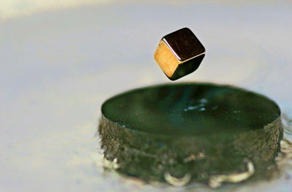 Hübscher Nebeneffekt: ein Magnet schwebt über einem Supraleiter Foto: Uwe Pracht