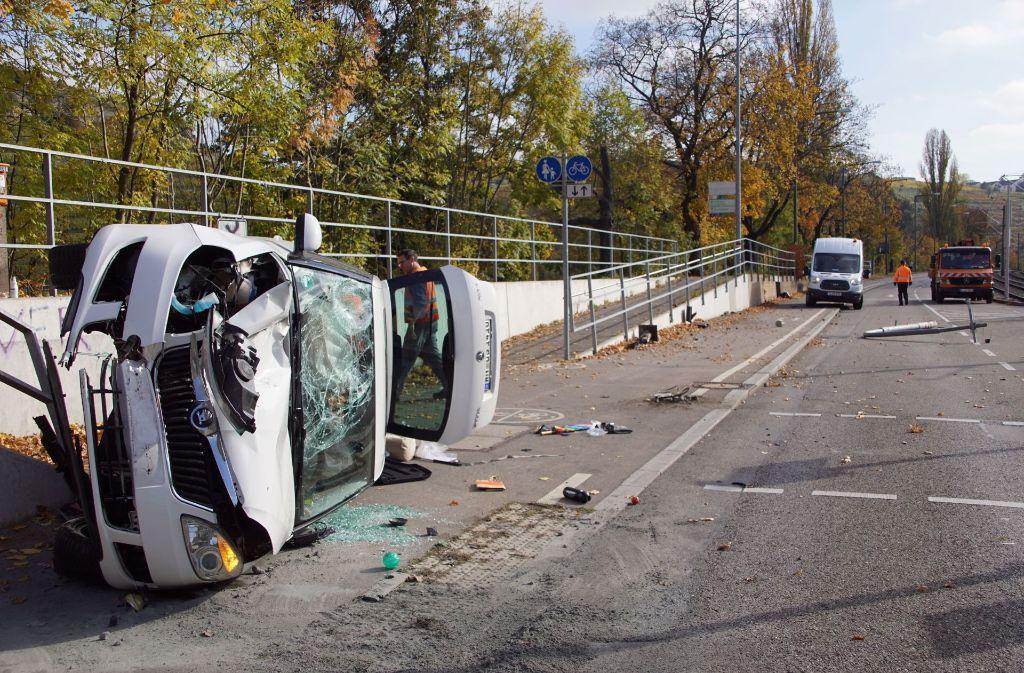 In der Neckartalstraße in Stuttgart-Münster hat sich das Auto überschlagen. Foto: SDMG