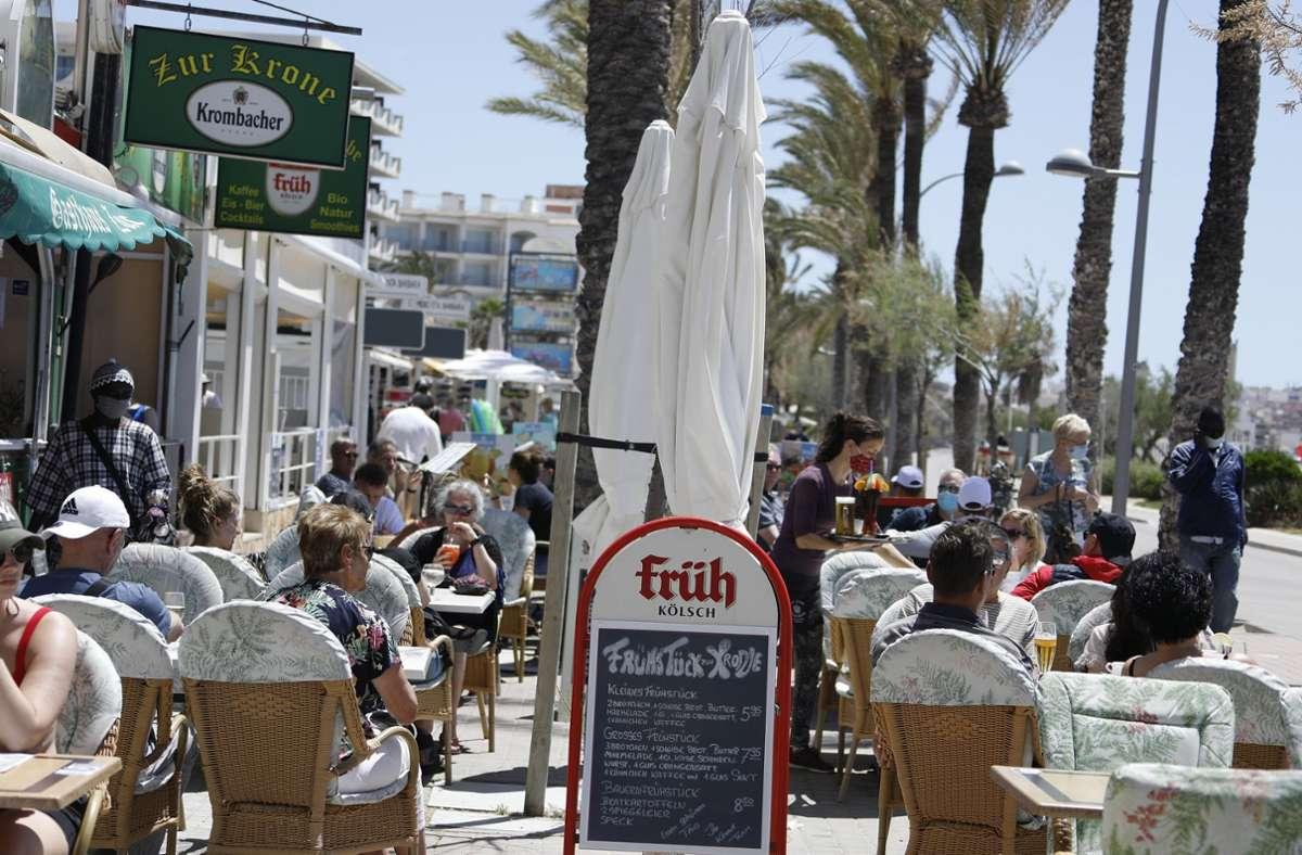 Auf Mallorca geht es beim Tourismus langsam wieder bergauf. (Symbolbild). Foto: dpa/Clara Margais
