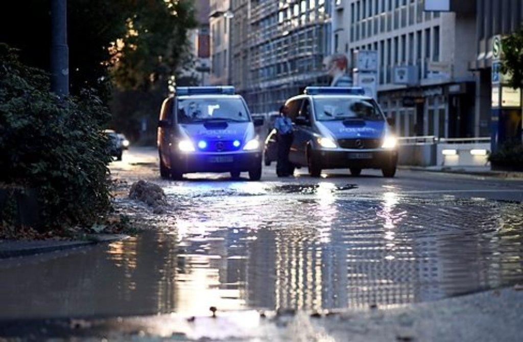 Wie hier in der Rotebühlstraße Anfang August trat auch am Sonntag in Stuttgart-Untertürkheim Wasser aus einem geborstenen Rohr und lief auf die Straße. Foto: www.7aktuell.de | Oskar Eyb