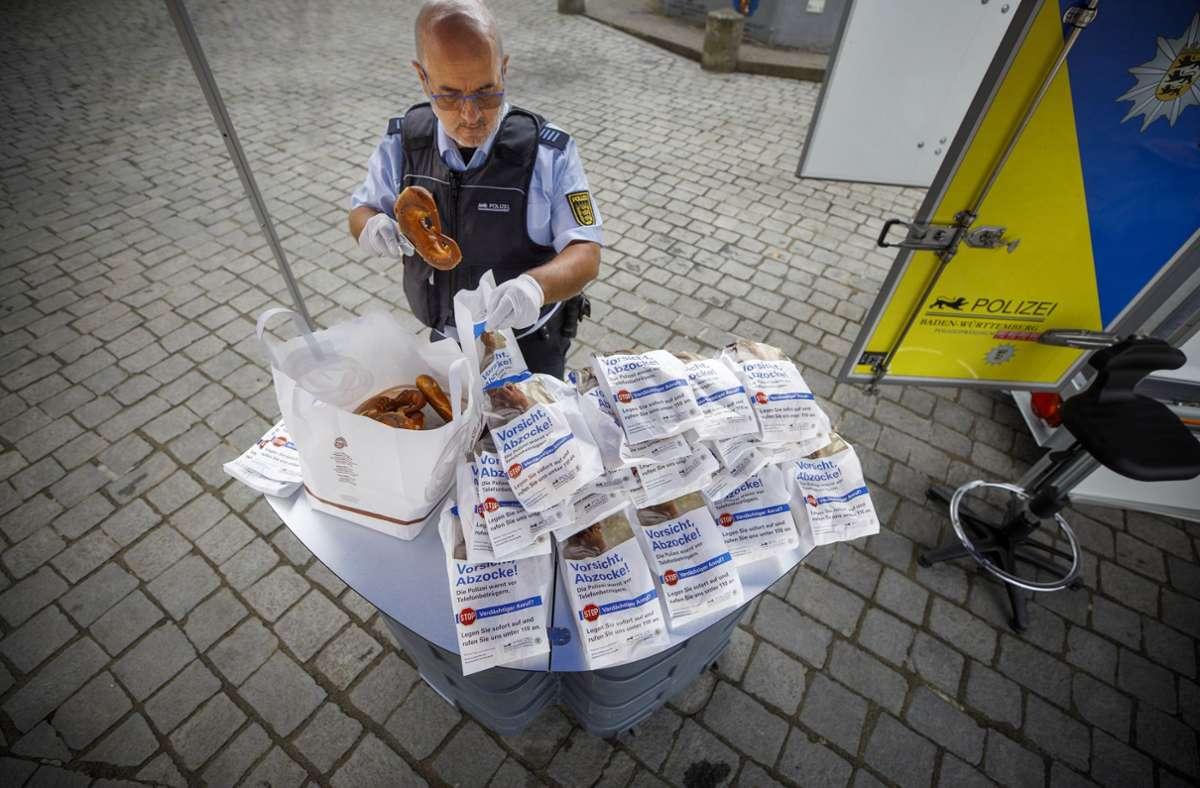 Informationen und  Brezeln: Mit einem Stand in Schorndorf hat die Polizei für Betrugsmaschen sensibilisiert. Foto: Gottfried Stoppel