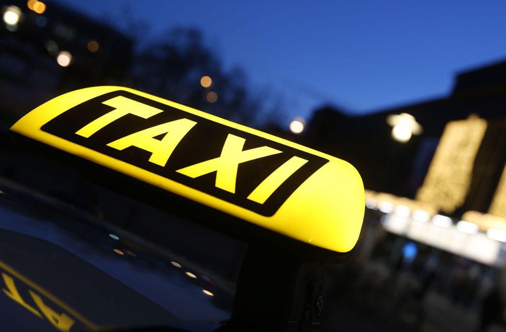 Bei einer Taxifahrt in Bad Cannstatt wurde eine junge Frau offenbar von dem Fahrer sexuell belästigt (Symbolfoto). Foto: dpa