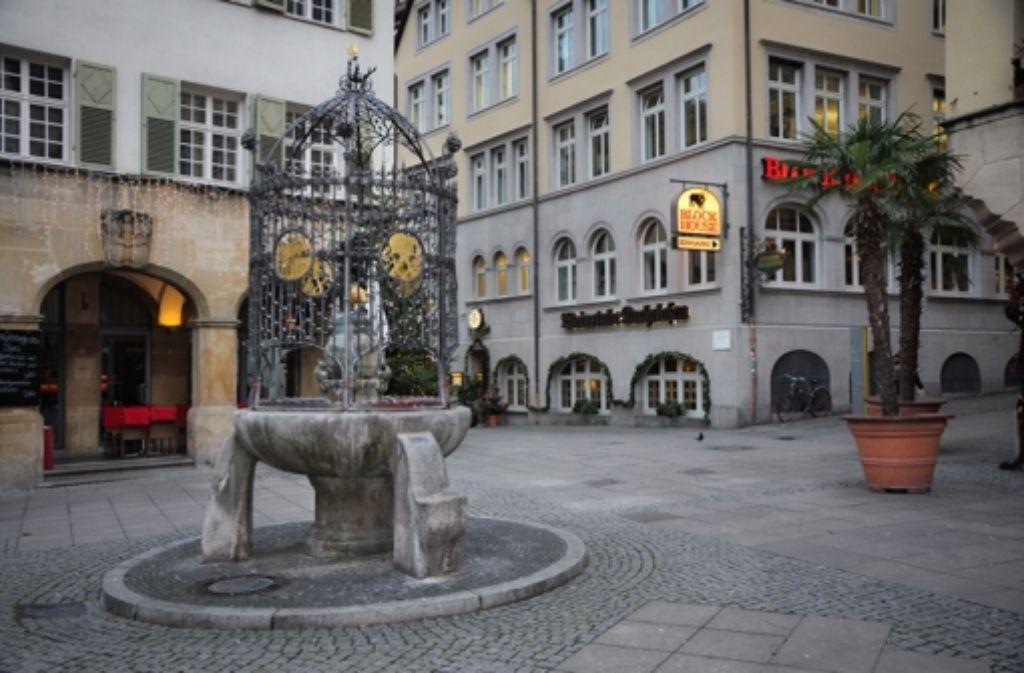 Um den Hans-im-Glück-Brunnen finden sich die angesagtesten Cafés. Foto: Weingand