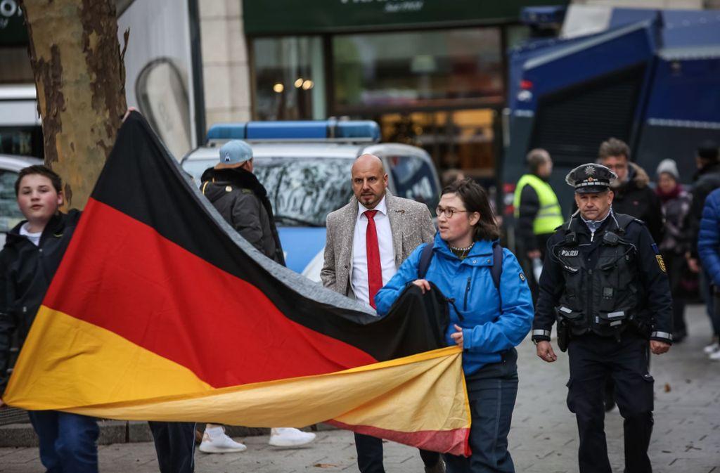 Stefan Räpple (rote Krawatte) bei seiner Kundgebung am Samstag in Stuttgart Foto: Lichtgut/Julian Rettig