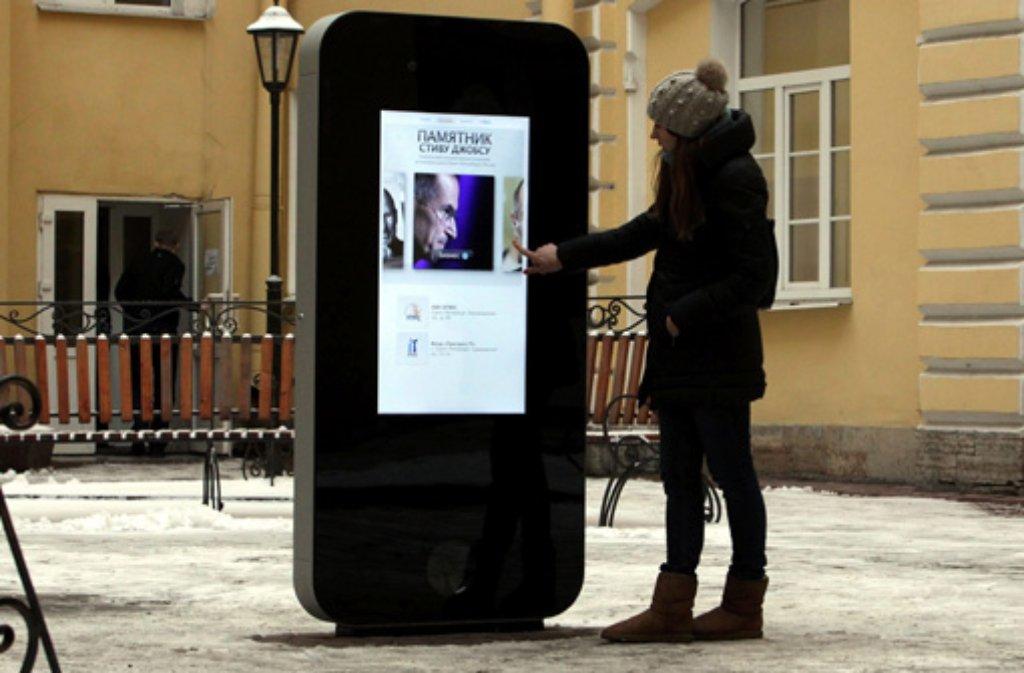 Stand bis vergangenen Freitag im russischen St. Petersburg: Ein Denkmal für den 2011 verstorbenen Apple-Chef Steve Jobs. Nach dem Outing seines Nachfolgers Tim Cook wurde das zwei Meter hohe iPhone nun abgerissen. Foto: dpa
