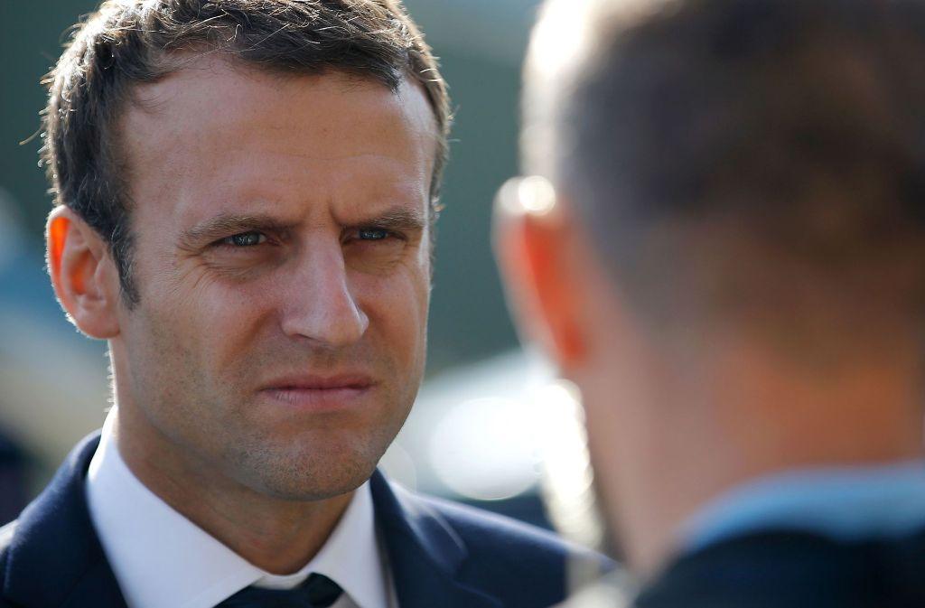 The president is not amused: Emmanuel Macrons offizielles Porträtbild (siehe unten) wird von Twitter-Nutzern auf die Schippe genommen. Foto: X02520