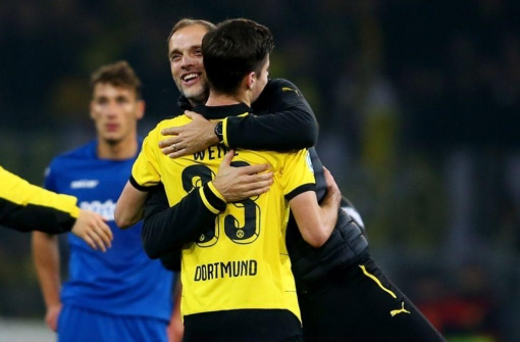 Dortmunds Trainer Thomas Tuchel und  Julian Weigl freuen sich über ihr 7:1 gegen Paderborn Foto: Getty