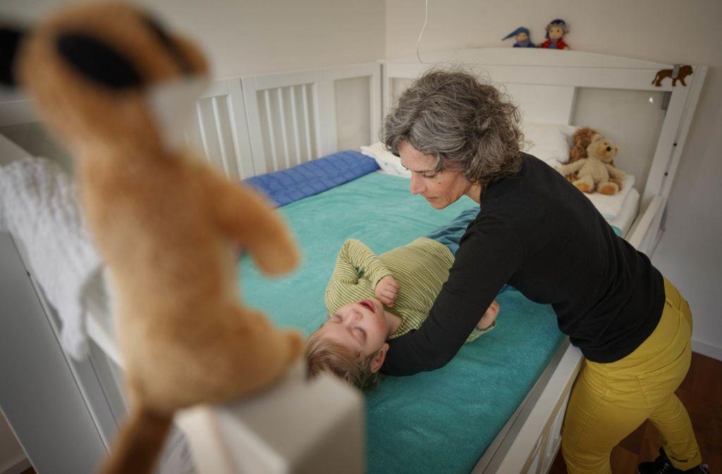 """Francesco in seiner """"Liegewiese"""". Seine Mutter hilft ihm, sich umzudrehen.Foto:Gottfried Stoppel Foto:"""