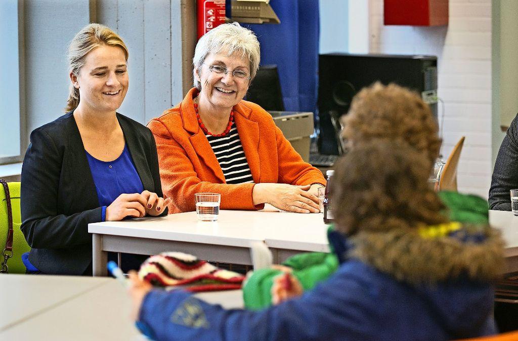 Welche Berufschancen haben Menschen mit Handicap? Darüber hat Verena Bentele, links neben der Bundestagsabgeordneten Heike Baehrens (SPD),  mit  Schülern aus Bad Boll diskutiert. Foto: Horst Rudel