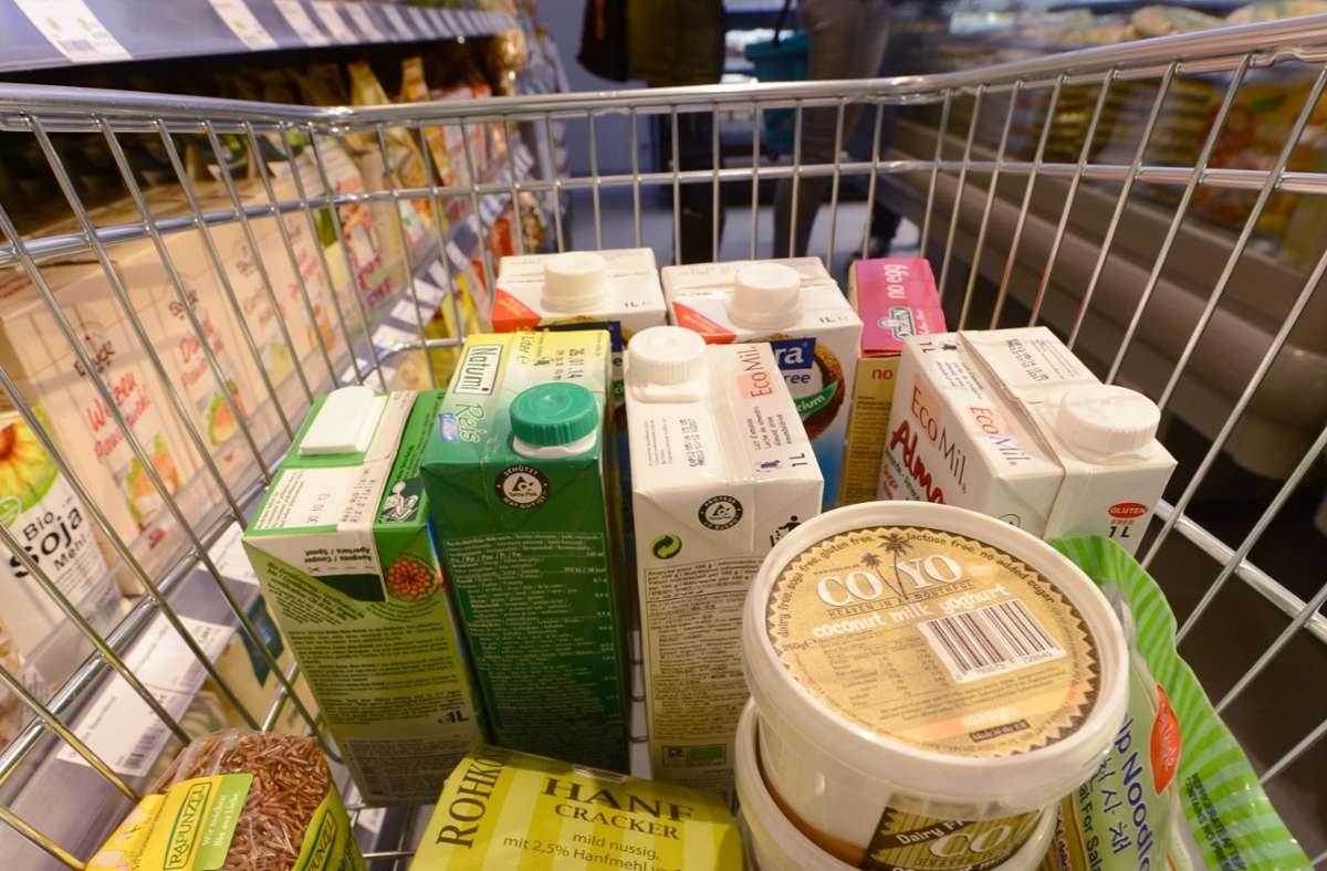 Wenn man im Supermarkt regelmäßig zu Hafermilch und anderen pflanzlichen Alternativen greift, kann Kuhmilch oder Wurst schnell merkwürdig schmecken. Foto: picture alliance / dpa/Arne Dedert