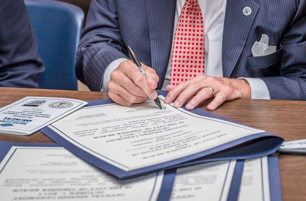 Die Unterzeichnung des Partnerschaftsvertrags Foto: Stadt Waiblingen/Simmendinger