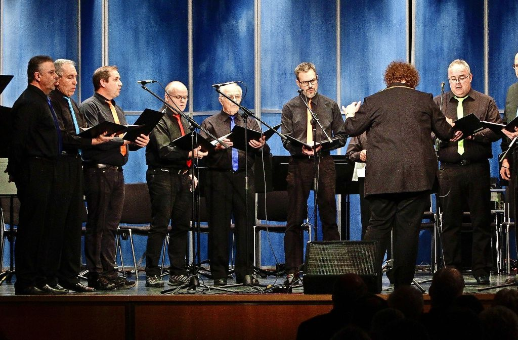 """Auch der Männerchor """"male:vox"""" unter der Leitung von Astrid Beuth stimmt beim Konzert musikalisch ins neue Jahr ein. Foto: factum/Bach"""