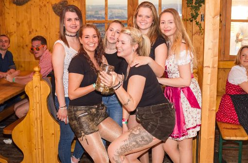 Partyvolk feiert langes Wochenende