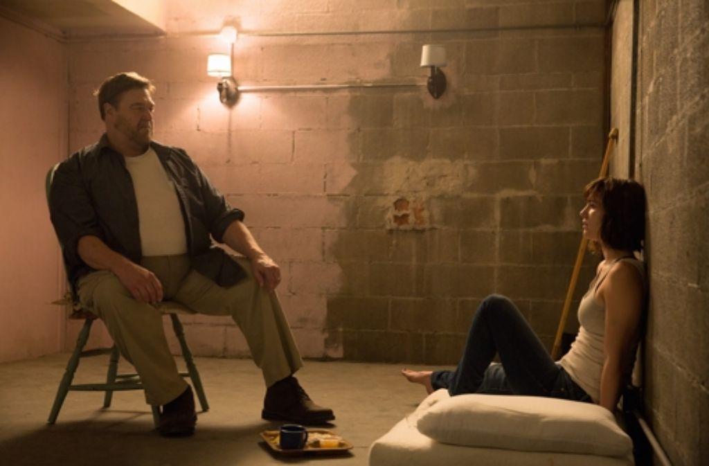 Platz für Einrichtungsideen: Howard (John Goodman) und Michelle (Mary Elizabeth Winstead) sitzen im Bunker. Foto: Paramount Pictures