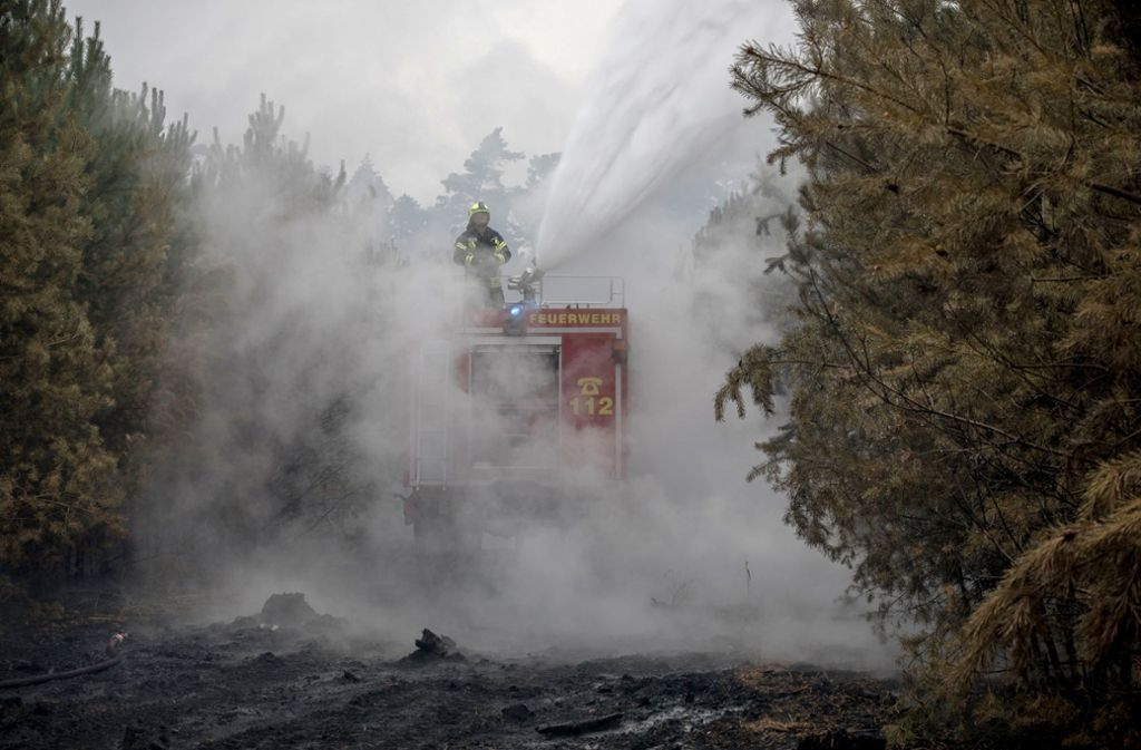 Die Feuerwehr muss weiter offene Flammen und Glutnester löschen. Foto: dpa