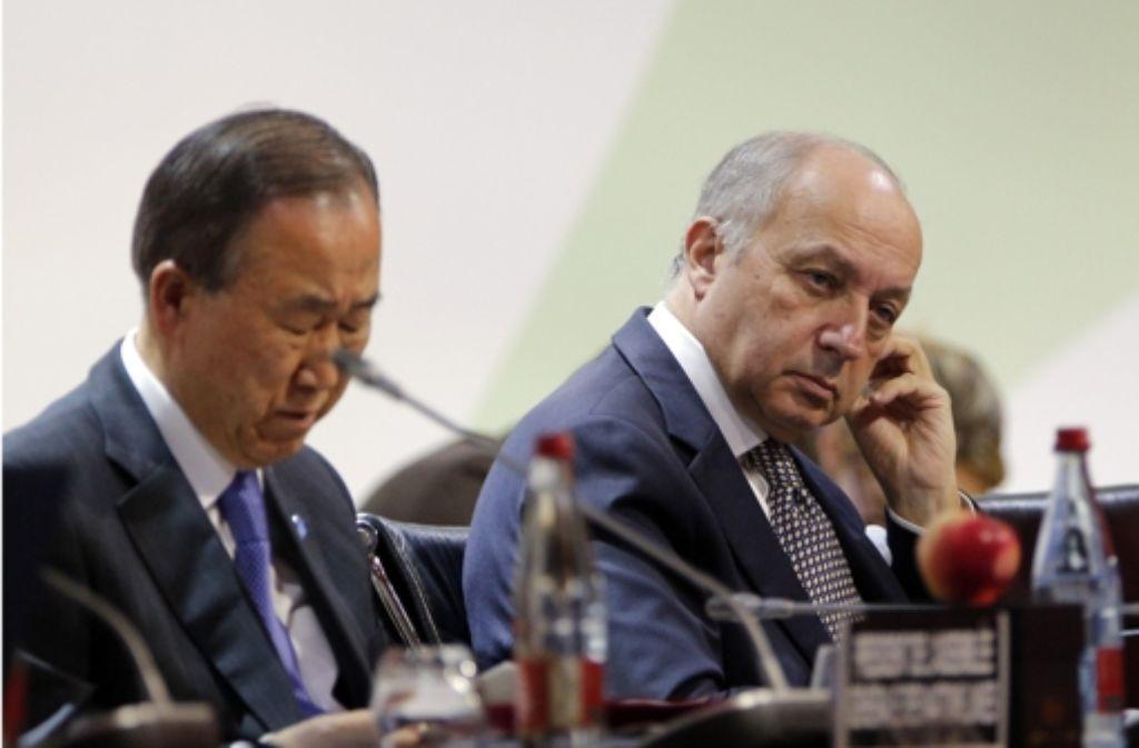 U.N. Generalsekretär Ban Ki-moon und der französische Außenminister Laurent Fabius beim Klimagipfel in Paris. Foto: AP