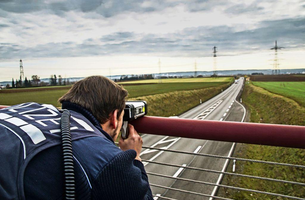 Um die B464 sicherer zu machen, sind Polizisten dort häufiger mit Blitzgeräten unterwegs. Es gilt Tempo 100. Foto: SDMG/Dettenmeyer