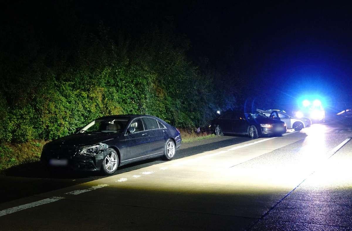Das Fahrzeug von Ministerpräsident Kretschmann, ein Begleitfahrzeug sowie ein anderer am Unfall beteiligter Pkw stehen nach einem Unfall am Straßenrand. Foto: dpa/Franziska Hessenauer