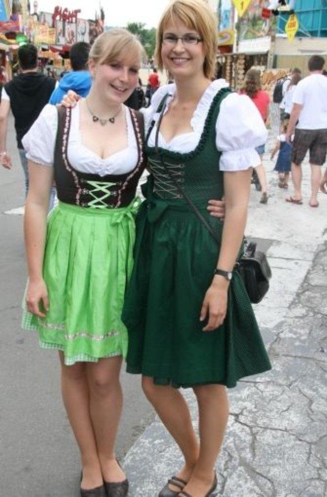 Im hübschen grünen Dirndl spazieren Jennifer Hebe und Amelie Grohe über das Frühlingsfest. In ihrem Outfit fühlen sich die beiden pudelwohl. Ich komme aus Reutlingen, also vom Fuße der Alb. Da habe ich schon als Kind ein Dirndl getragen, beispielsweise bei der Einschulung, sagt Amelie Grohe.    Foto: Simone Käser