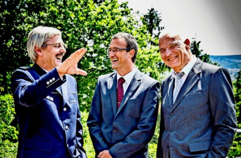 Willi Pietsch (rechts) geht in den Ruhestand. Polizeipräsident Franz Lutz (links) hat  Stefan Hetterich als neuen Dezernatsleiter eingesetzt. Foto: Achim Zweygarth
