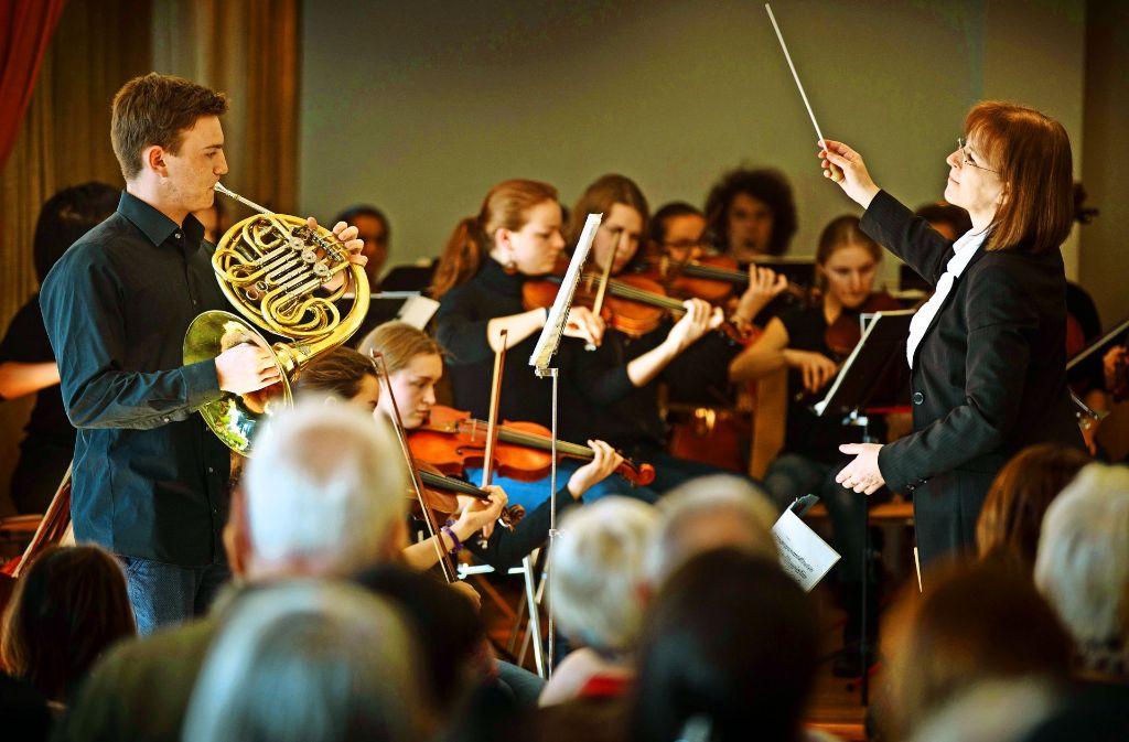Ludwig Hahn und das Orchester unter der Leitung von Camilla Wulf  spielen ein Hornkonzert von Wolfgang Amadeus Mozart. Foto: Gottfried Stoppel