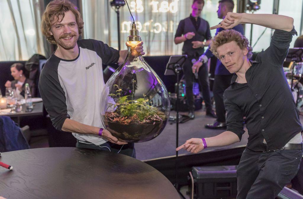 Mit Pflanzen in gläsernen Lampen ist der Künstler Jonael van der Sloot (links) mit seinem Bruder aus Amsterdam angereist. Foto: Andreas Engelhard