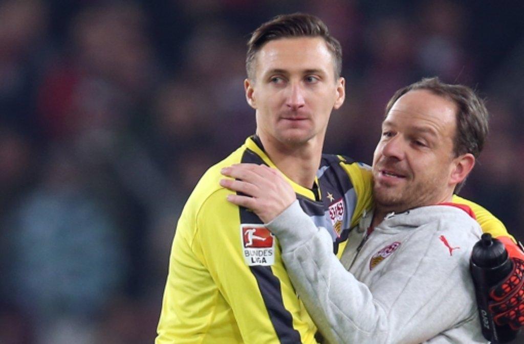 Przemyslaw Tyton wird von Alexander Zorniger nach dem 1:0-Erfolg des VfB Stuttgart gegen den FC Ingolstadt geherzt.  Foto: Pressefoto Baumann