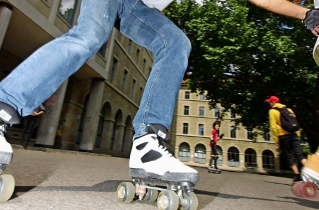 Die Achsen der Rollschuhe können sich zur Seite neigen. Dadurch kann Carsten Knöppel Kurven fahren ohne umzusetzen. Foto: Katharina Kraft