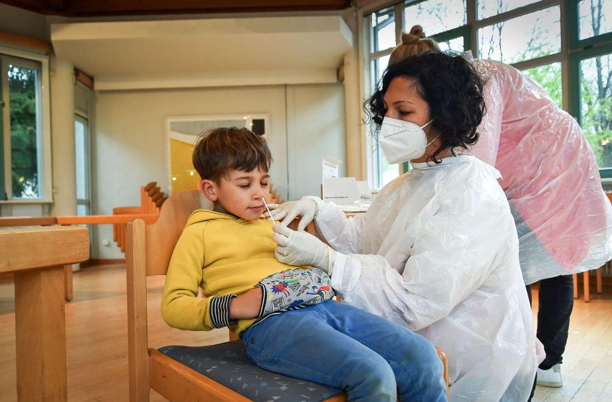 Philipp zeigt Geduld beim Popeltest, den seine Mutter in der Kita macht. Foto: Lichtgut/Ferdinando Iannone