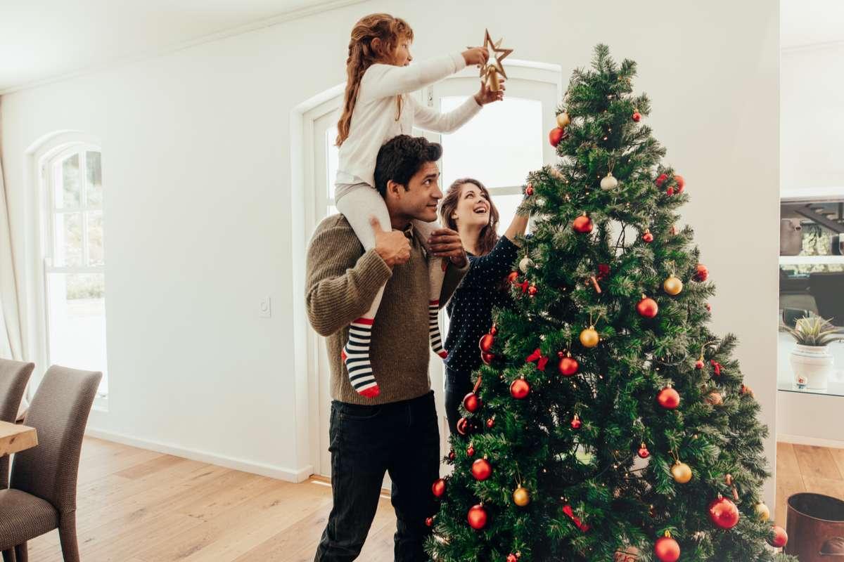 Für viele Familien gehört der Weihnachtsbaum einfach zum Fest dazu. Foto: Jacob Lund/Shutterstock