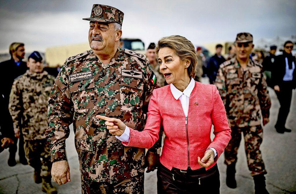 Seit Herbst sind die Beziehungen zu Jordanien noch enger geworden:  Verteidigungsministerin Ursula von der Leyen, hier mit  Generalleutnant Mahmoud Freihat, ist zu Gast Foto: dpa