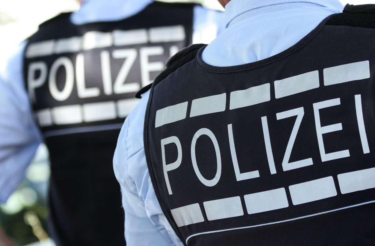 Polizisten stoppten den Mann mit Warnschüssen. (Symbolbild) Foto: dpa/Silas Stein