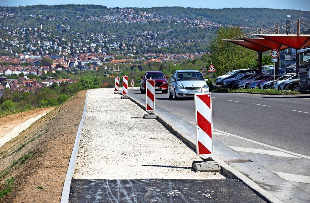 Im oberen Abschnitt, auf der Gemarkung von Ostfildern,  mangelt es dem neuen  Radweg nur noch am Belag, nicht aber an einer herrlichen Aussicht auf Esslingen. Foto: Horst Rudel