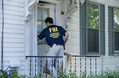 Ein FBI-Agent auf der Suche nach Spuren Foto: dpa