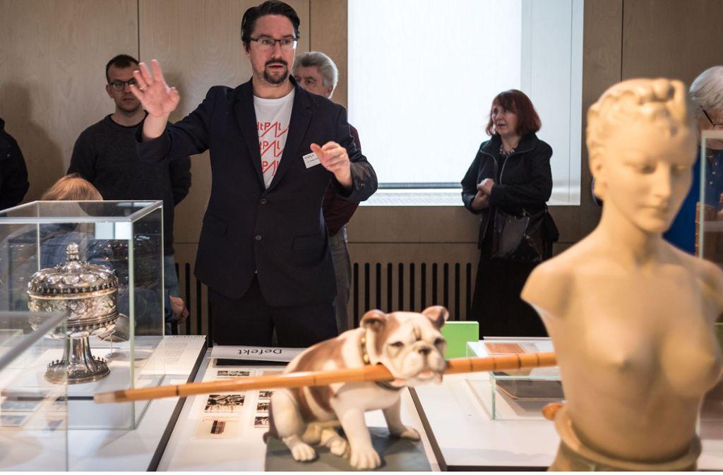 Museumsdirektor Torben Giese berichtet in der Ausstellung, wie sich das Stadtmuseum im ersten Betriebsjahr geschlagen hat. Foto: Lichtgut/Max Kovalenko