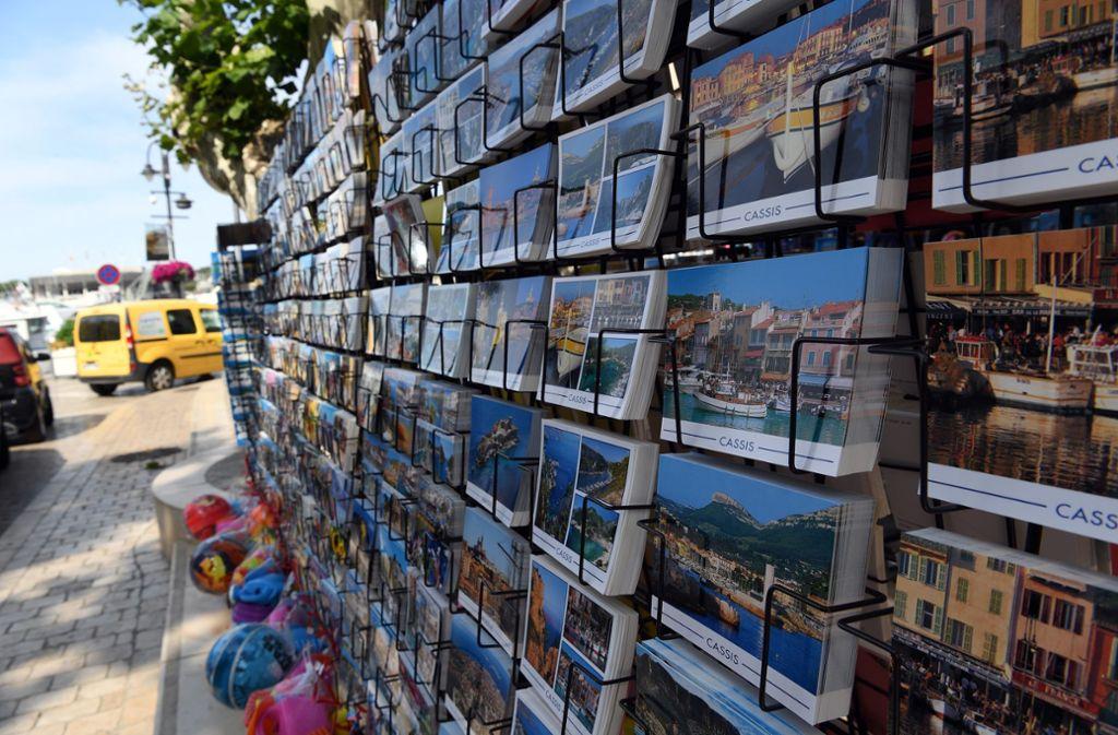 Gehört für jeden zweiten urlaubenden Deutschen immer noch zum Pflichtprogramm: Das langwierige Aussuchen von Grußpostkarten. Foto: dpa/Federico Gambarini