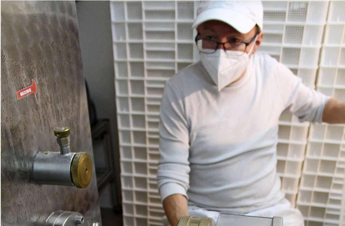 In dem weißen Behälter können die Rucola-Nudeln trocknen. Zwei Tage lagern sie in Trockenschränken, bevor sie auf ihren Feuchtigkeitsgehalt geprüft und verpackt werden. Foto: J. Fritsch