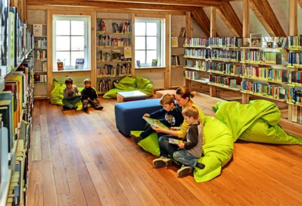 So gemütlich ist es in der Bücherei, dass manche Besucher gar nicht mehr nach Hause möchten. Foto: factum/Bach