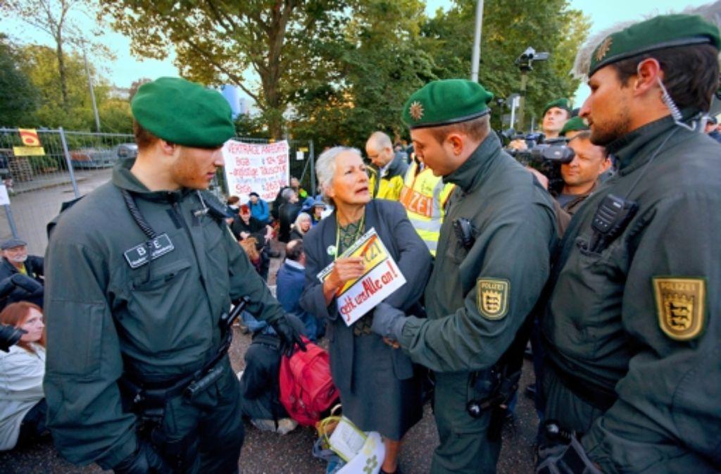 Die Polizei räumt die Blockade. Foto: Steinert
